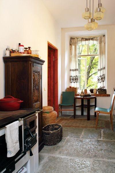 Köögipliit on uus, kuid originaalitruu. Suured põrandaplaadid pärinevad ühest Kopli lammutamisele läinud majast. Nende paigaldamise jaoks tuli põrandat ehk allkorruse lage täiendavalt toestada.