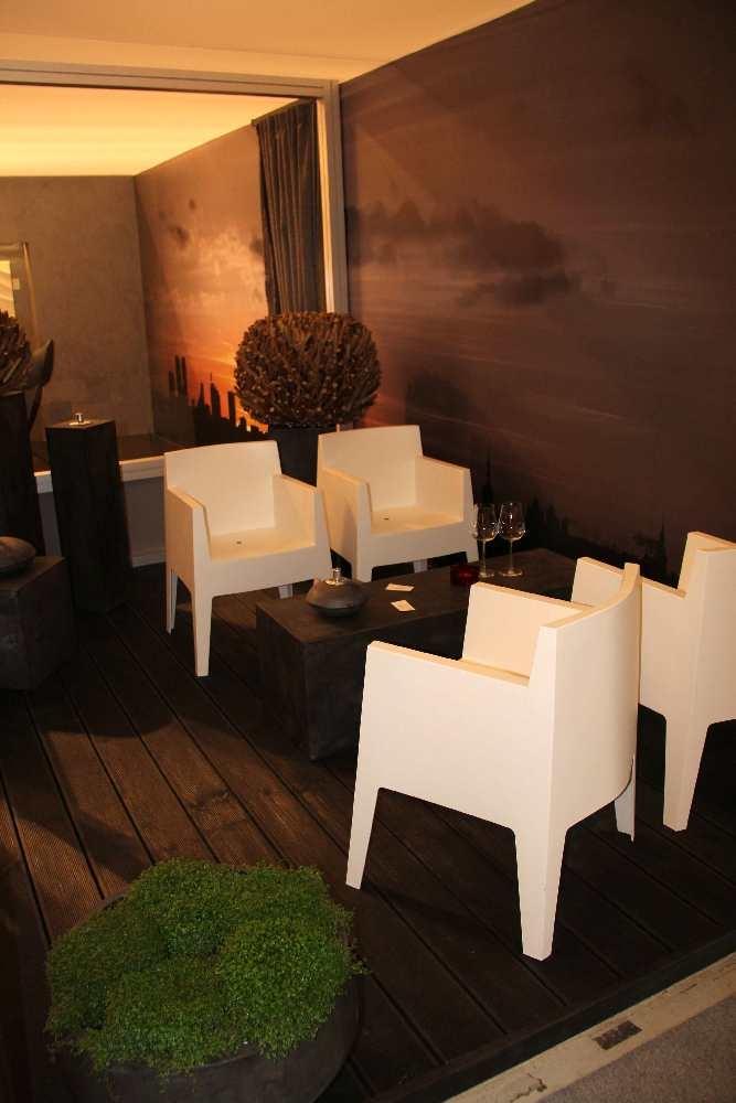 Väliterrass (toolid Vepsäläinen/BoConcept, laud, postamendid, lillevaasid Shishi, teraasilauad E-sisustus, elus lilled Hortes).