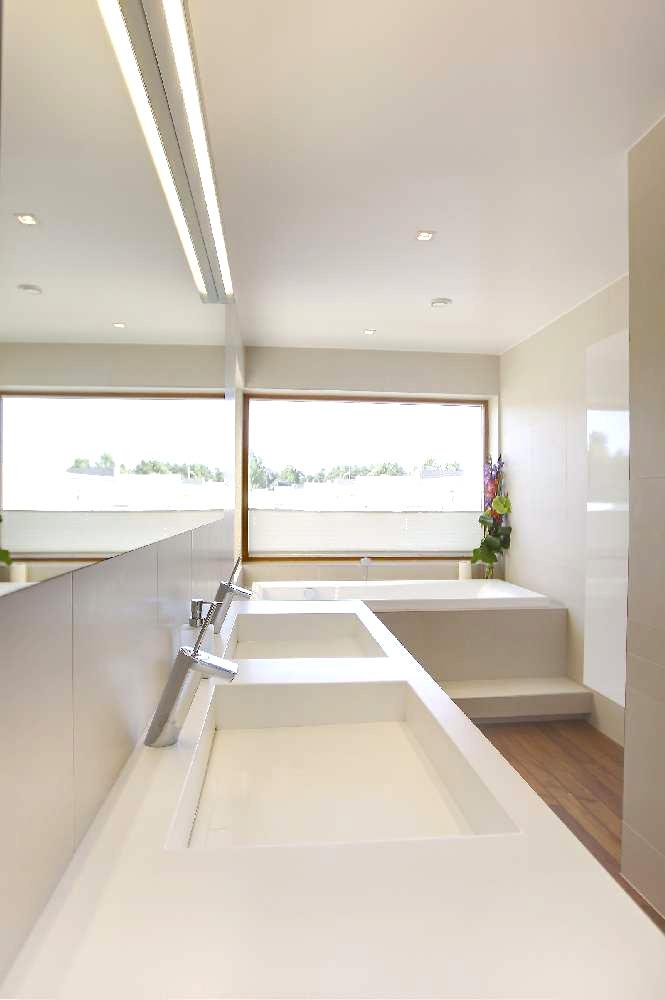 Vann on akna alla sisse ehitatud, et võõra pilgu eest kaitstult vannimõnusid nautida. Vanniastme alla on paigutatud LED-riba, mis õhtuhämaruses eriti hästi esile pääseb ja koos küünaldega väga romanti