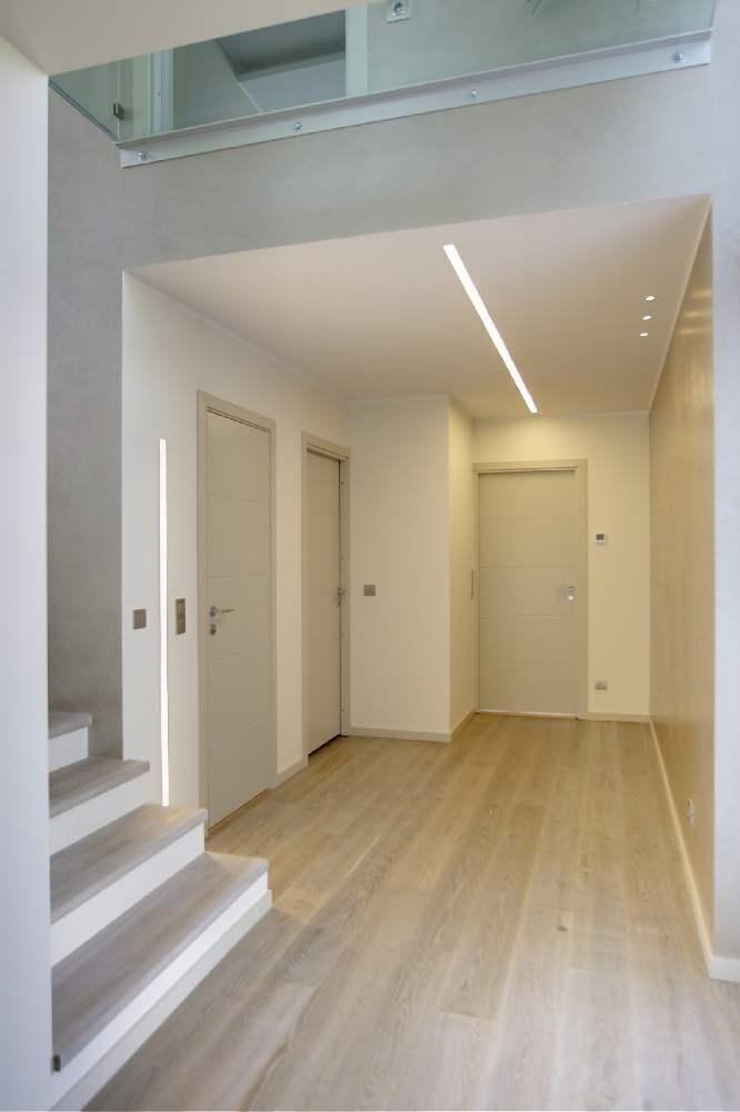 Kogu maja põrandaliistud on helehalliks värvitud mdf-id, mis haakuvad siseustega ideaalselt.
