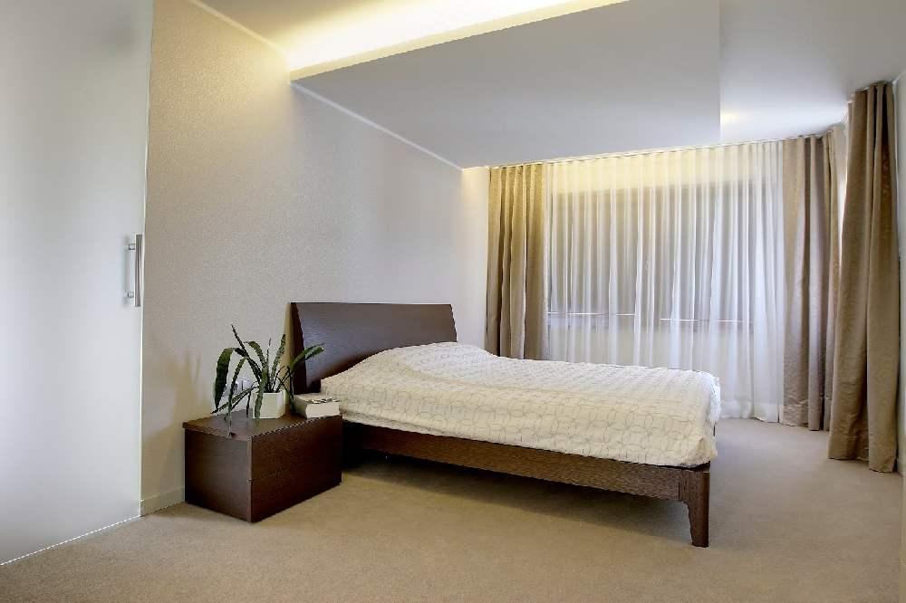 Teisel korrusel on kasutusel rohkem helebeežid ja valged toonid. Magamistoas ilutseb pisikese kontrastina tume puitmööbel, mida kohe jälle tasakaalustab liivakarva vaip.