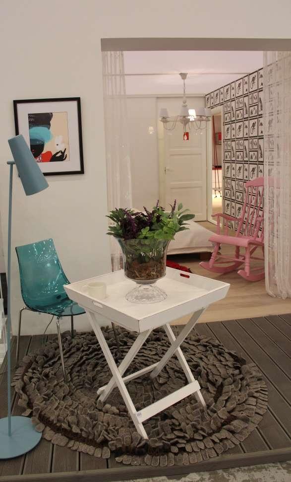 Tooted: terrassi laud NORR11, valgusti hektor Light, kunst NORR11;  vaip Monika Järg; kunstlilled ja vaas Shishi, terrassilauad E-sisustus