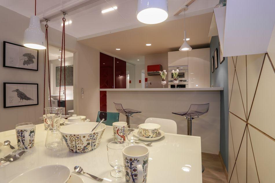 Köök/elutuba. Tooted: lauanõud iittala, pildid seinal Vepsälinen/BoConcept