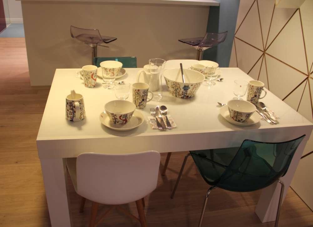 Lauanõud iittala, sinised toolid Alkman; valged toolid NORR11; laud Vepsäläine/BoConcept