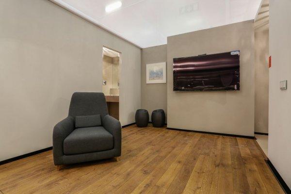 Pilt 3 - Elutuba: põrnad Finefloors; TV Intratrans; seinte värv Lakore, tugitool Borg