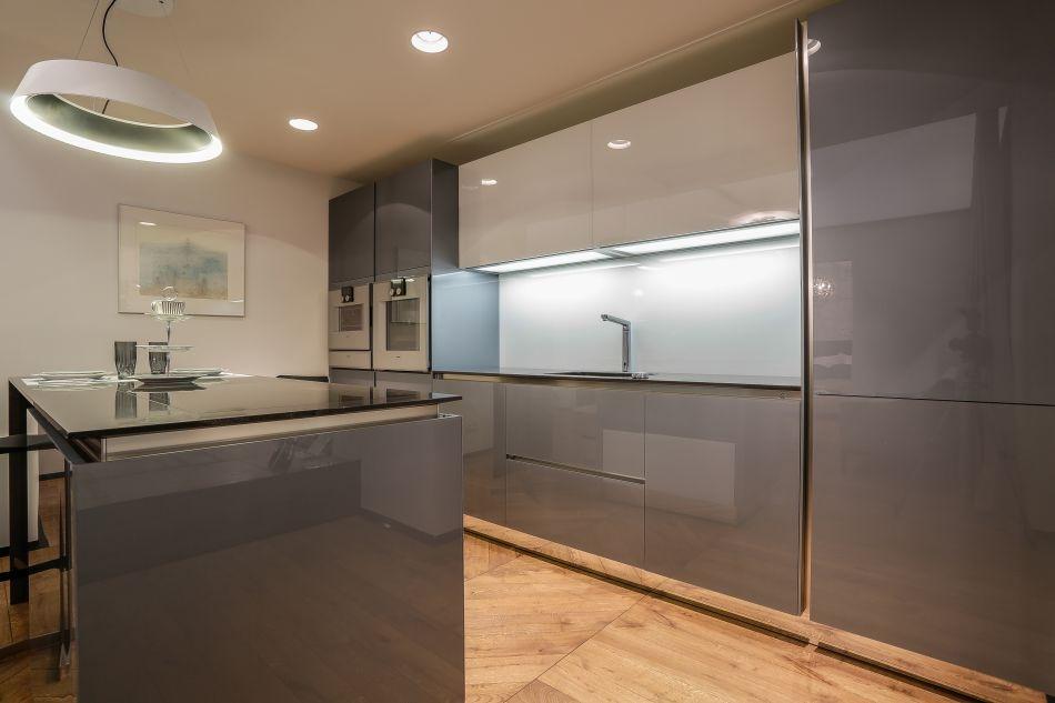 Sakala korteri köök: köögimööbel Häcker, tehnika Gaggenau; valgustid Hektor Light