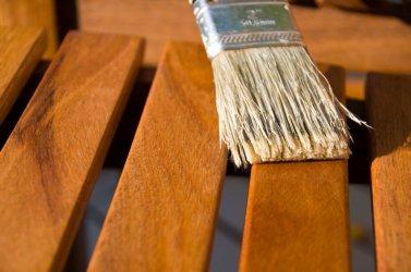 Aiamööbli viimistlemine loodusliku puidukaitsevahendiga
