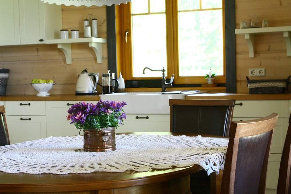 Soe atmosfäär saavutati aknaraamide ja põrandaliistude kaudu, mis mahendasid kollakat tooni puidust põrandal