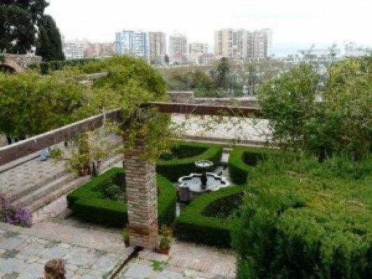 Fotol: Alcazaba aed Malagas (juliantatlock.com). Kuivalembeste taimede tõttu levinud aed Hiapaanias ja ka hispaania stiilis aedades Mehhikos ja Kalifornias.