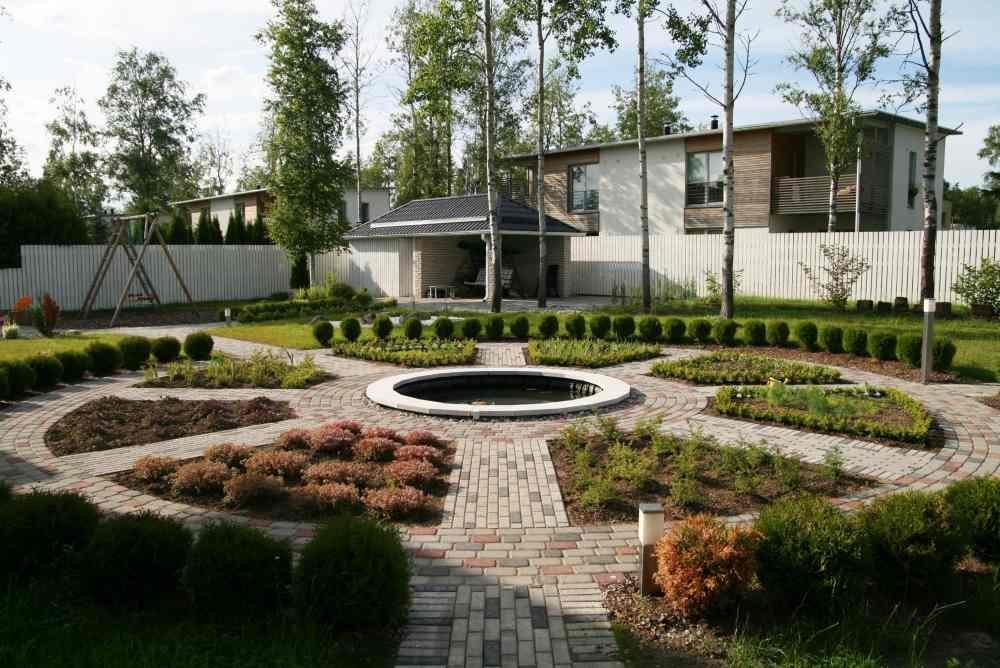 Põhielemendiks on Islamimaade aiakunstist inspireeritud ringikujuline teede, veesilma ja taimekoosluste ala.