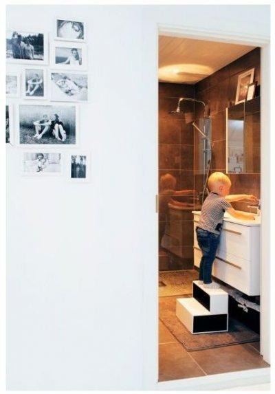 Pilt 4 - Pesuruum on kujundatud hallides toonides. Algo tehtud trepikese abil ulatub Päären turvaliselt valamuni.