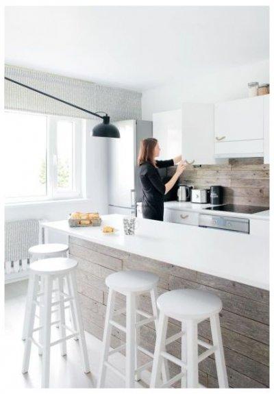 Pilt 8 - KÖÖK. Lihtsate valgete kapiustega kööki ilmestavad hallid vihmast-tuulest parkunud küünilauad pereisa lapsepõlvekodust. Kapiuste käepidemeteks on köiejupid. Õhtuti muutub köök õmblustöökojaks.