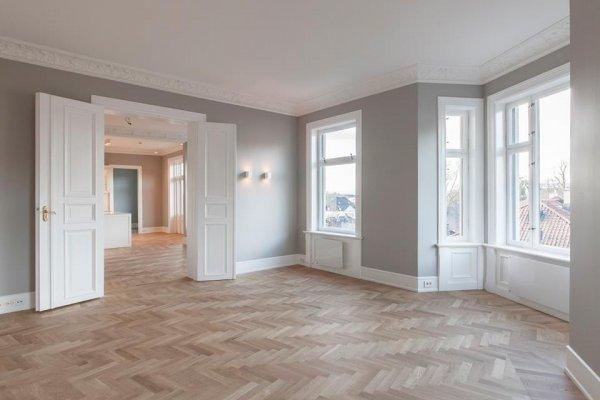 Pilt 2 - Põrandaid ilmestab õrnalt valgendatud klassikaline puidust kalasaba parkett.