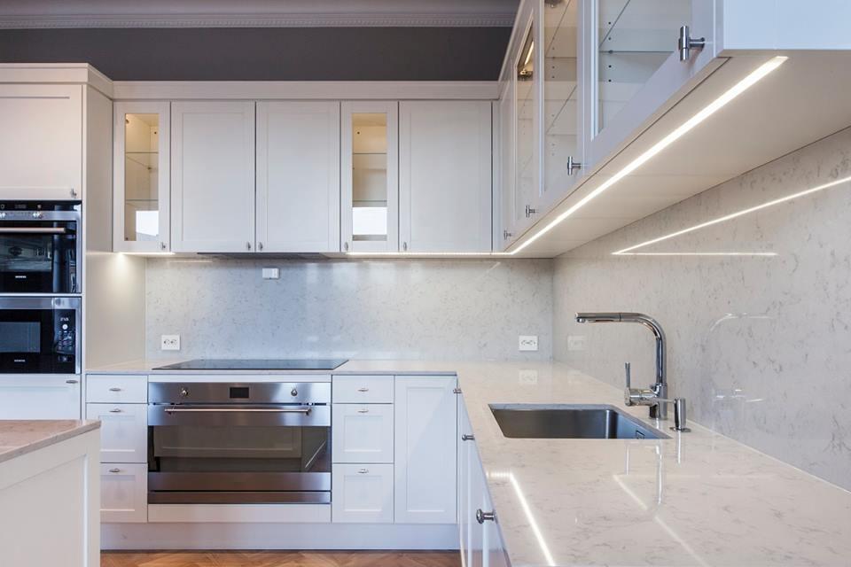 Köök on Eesti mööblitootja SISUKO kätetöö. Köögi tasapind on vastupidav tehisgraniit Kiviseppadelt Caesarstone valikust.