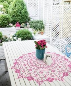 Pilt 2 - Õiemandala šablooniga lauale värvitud laudlina