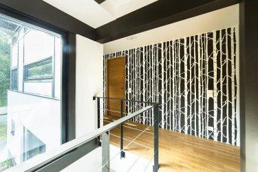 Seinašablooniga tehtud muster trepihallis.