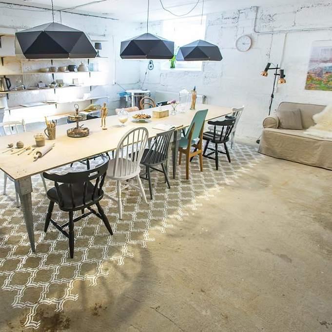 Viimsi keraamikastuudiot ilmestab eriti originaalne šablooniga põrandale värvitud vaip ja vanadest trükiplaatidest seinad.