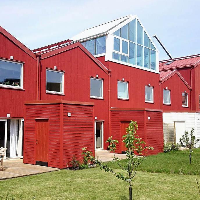 Aasta Tehasemaja 2017 konkursi üldvõidu ning parima puitkarkassmaja kategooria auhinna pälvinud Puitpaneel OÜ ehitatud ridaelamute kompleks Rootsis koosneb 61 ridaelamuboksist.