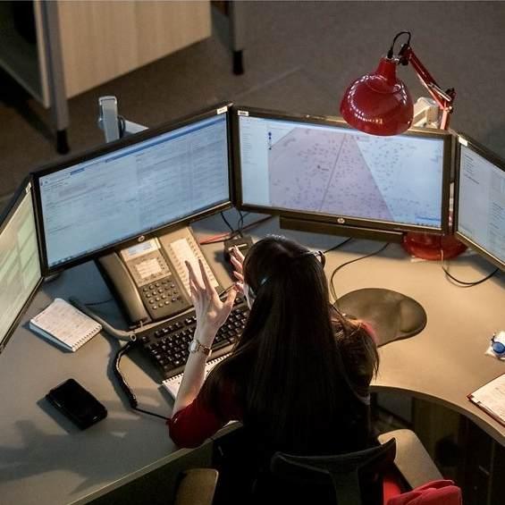 Päästetöötajatel on töökohal laual neli monitori. Fotograaf Tiit Blaat