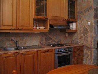 Pilt 2 - Looduskiviga viimstletud köögimööbli tagasein.