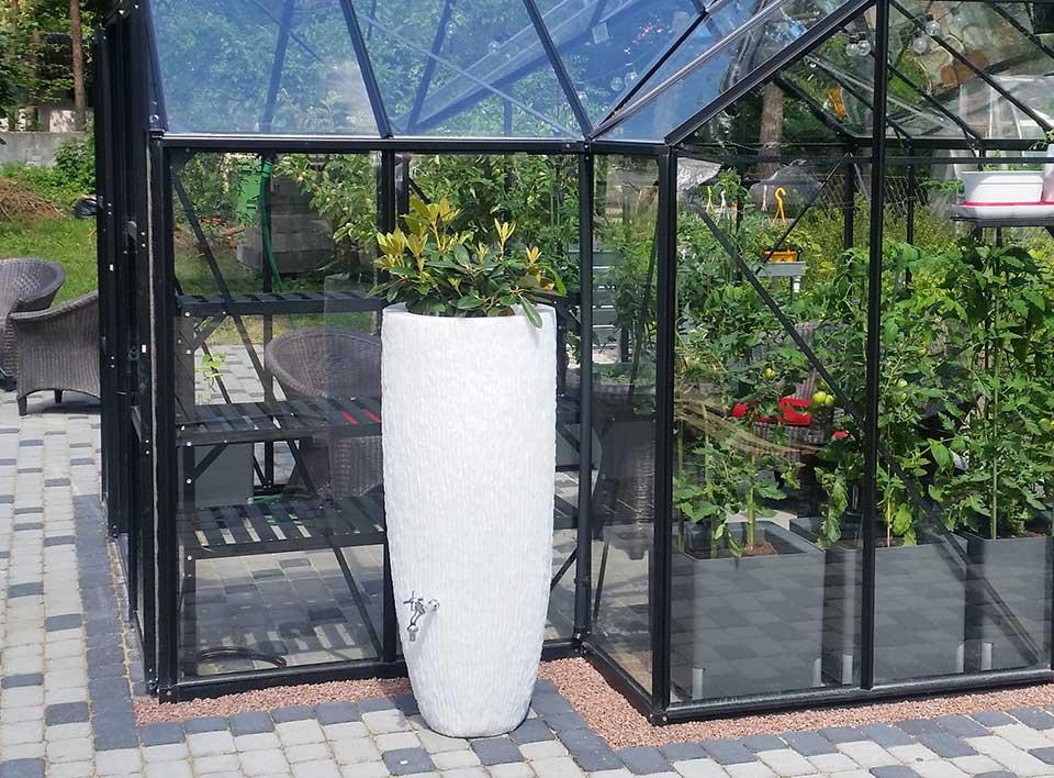 Selle veenõu ülaosa on kui taimepott, kuhu saab soovi korral lilli istutada. Veenõu on varustatud dekoratiivse veekraaniga.