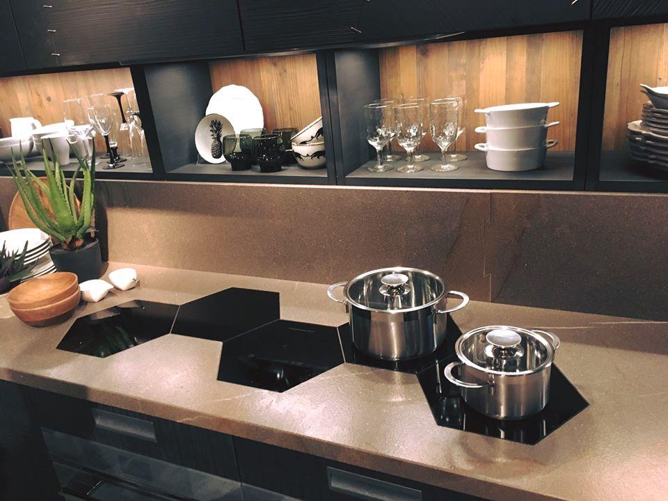 Köögi tasapinna siise on paigaldatud intgreeritud kärjekujuline pliidplaat (decoland.ee)