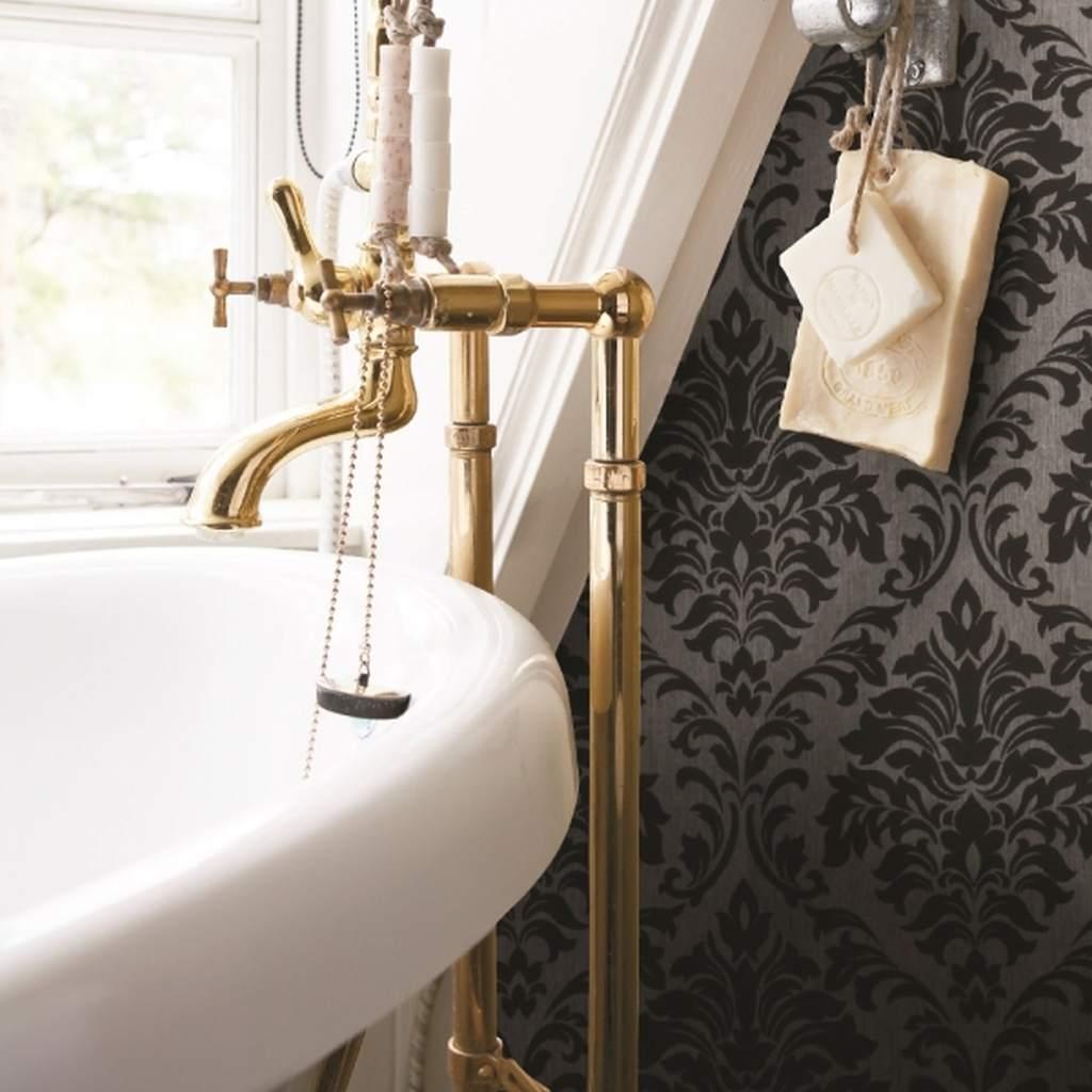 Tume klassikalises võtmes tapeet vannitoa seinas. Tapeet tasub vannitoas üle lakkida.