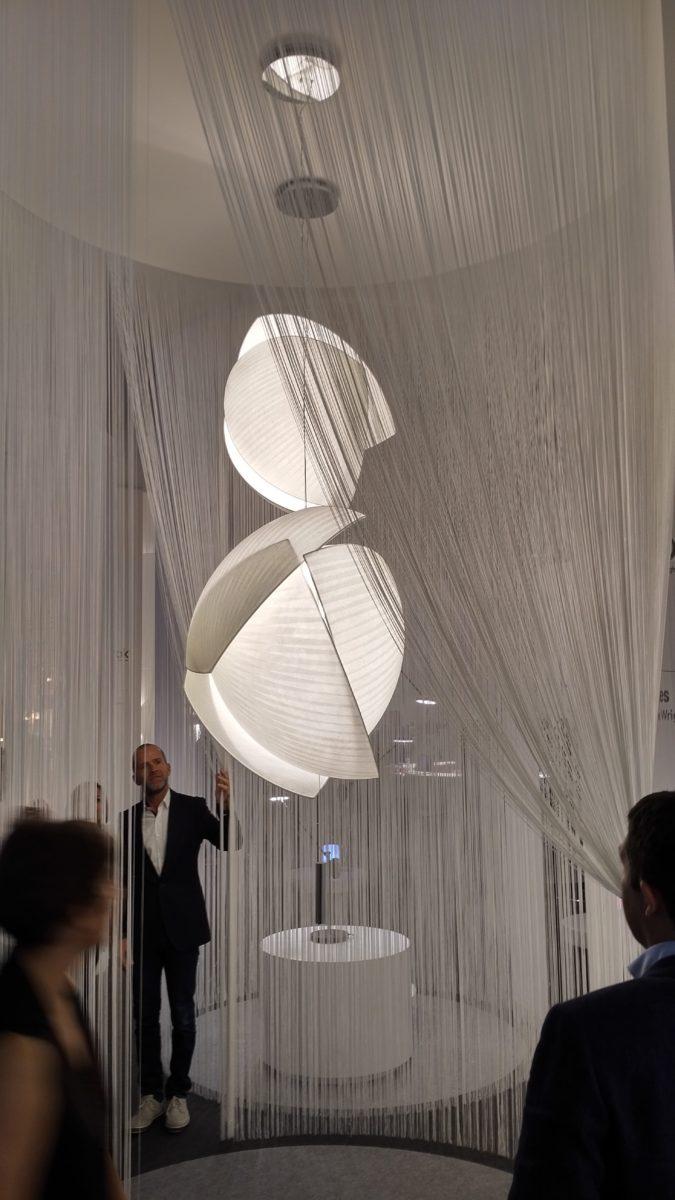 Sellest aegade rüppe vajunud paberist lõi disainer Celine Wright uue suursuguse valgusti Voiles inspireerituna purjedest ja nende liikumisest.