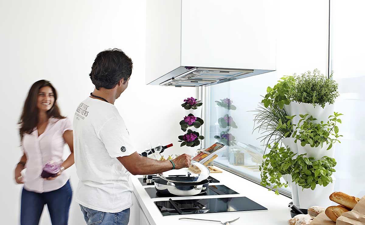 Paigutades ürditaimepotid üksteise peale, nurka, seinale või seina äärde, saad lisaruumi seni kasutamata kohtadest ja taimed käeulatusse kasvama.