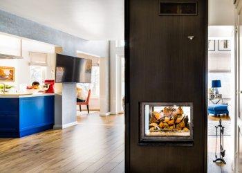 Sinine köögimööbel ja kamin. Foto: Maris Tomba