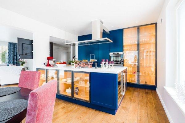 Pilt 5 - Köök. Vitriinkapid olid algusest peale kindel soov ning säravsinine raam toob need efektselt esile. Foto: Maris Tomba