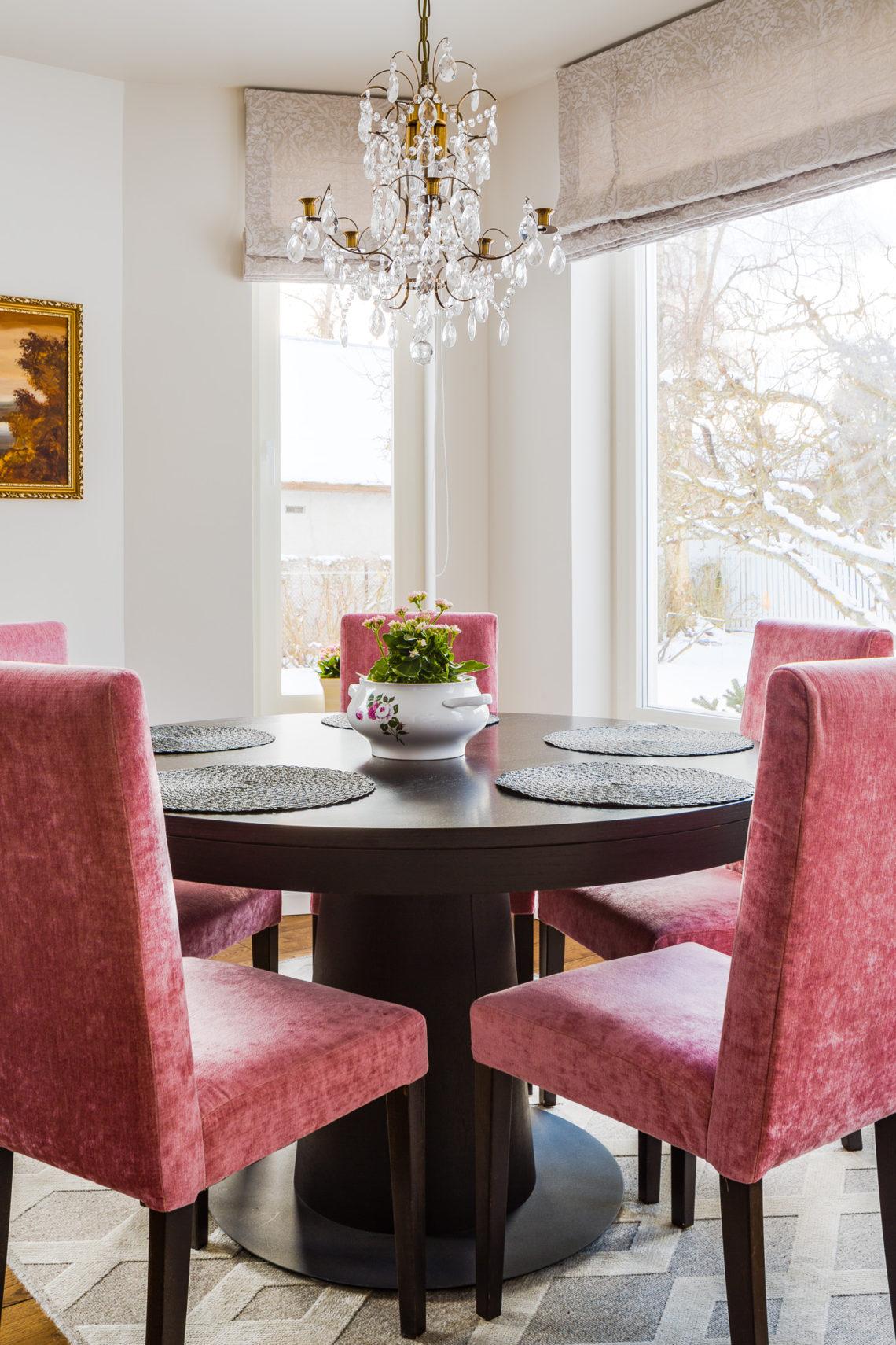 Toolid korrastati ja need said uue trendikalt roosa katteriide. Foto: Maris Tomba