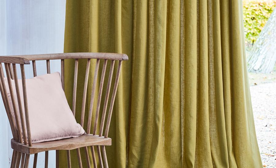 Valgete ja hallide interjööride elavdamiseks kasutatakse sinepikollast, mis sobib ka tumesiniste ja roheliste toonidega. Tulemus on värske ja värviküllane, samas kerge ja õhuline.