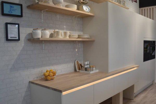 Pilt 3 - Köök - hall värv, puit ja LED-id