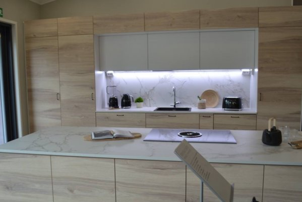 Pilt 2 - Köök - hele puit ja marmori imitatsioon