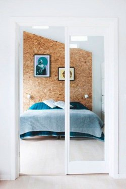 OSB-plaadiga kaetud magamsitoa sein.