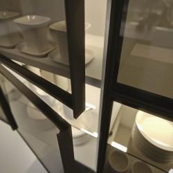 Muljetavaldavalt lai klaaside valik annab sisearhitektile võimaluse kujundada maast laeni vitriinkappe, mis lisavad igale ruumile väärikust ja stiili. - 1