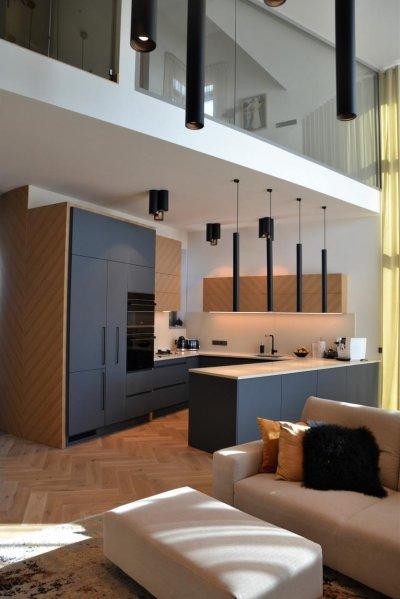Pilt 2 - Sinaka alatooniga tumehall köögimööbel on valmistatud popist näpujäljevabast mati pinnaga kõrgsurvelaminaadist.