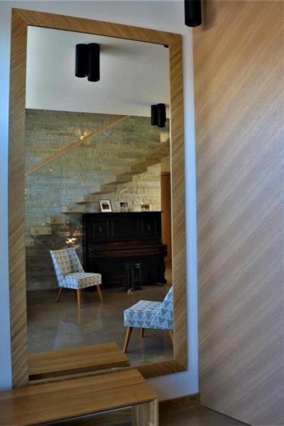 Pilt 9 - Esiku seinapeegel ja istepink on eritellimusmööbel.
