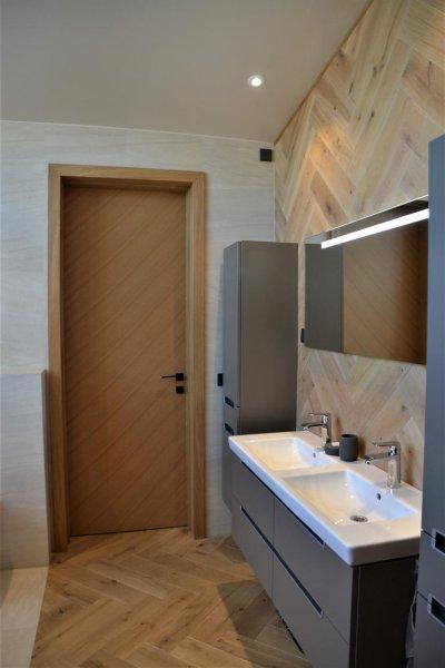 Pilt 10 - Vanemate magamistoase saab otse vanniga tuppa. Korduva kalasabamustrer on nii seintel kui põrandal.