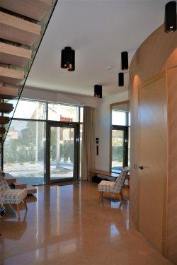 Põnevat nüanssi lisab arhitekti poolt eriti avar, valgusküllane ja kumera seinaga planeeritud garderoob.