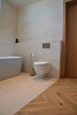 Vanemate vanniga tuba. Kõikides maja vannitubades ja WC-des on kasutusel Villeroy& Boch vannitoamööbel Subway 2.0 ja sanitaarkeraamika.