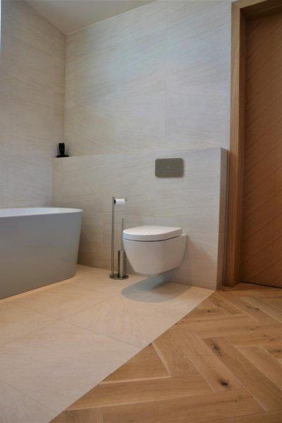 Pilt 11 - Vanemate vanniga tuba. Kõikides maja vannitubades ja WC-des on kasutusel Villeroy& Boch vannitoamööbel Subway 2.0 ja sanitaarkeraamika.