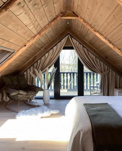 Läikiv beež-pruun magamistoas - 1