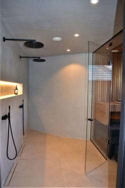 Pilt 3 - Ilusad musta värvi dušid ja avarust andev sauna klaassein