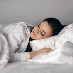 31 - Siidist voodipesu säästab näonahka ja juukseid