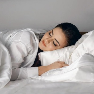 Siidist voodipesu säästab näonahka ja juukseid