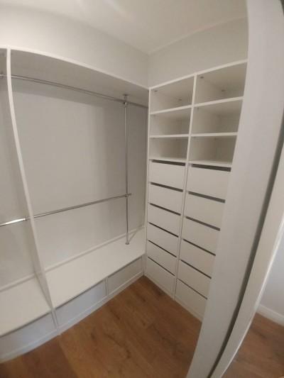 Pilt 6 - Lihtne valge garderoobitoa lahendus.