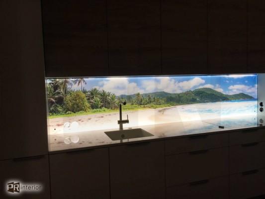 Pilt 6 - Led-valgusega fotoklaas köögi tööpinna taga