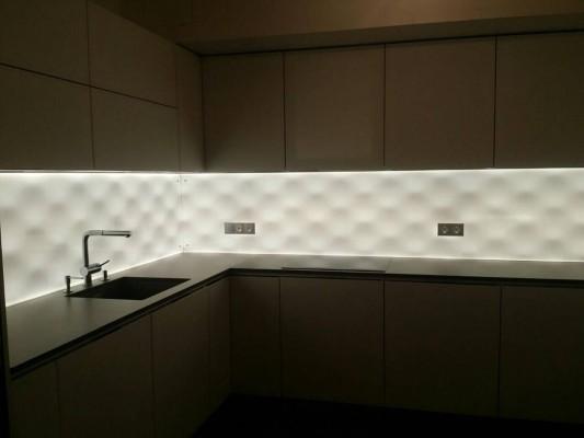Pilt 7 - Led-valgusega fotoklaas köögi tööpinna taga